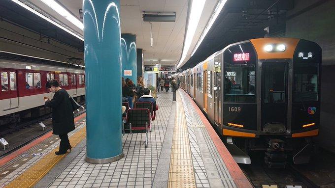 大阪難波駅を行き交う近鉄・阪神の電車